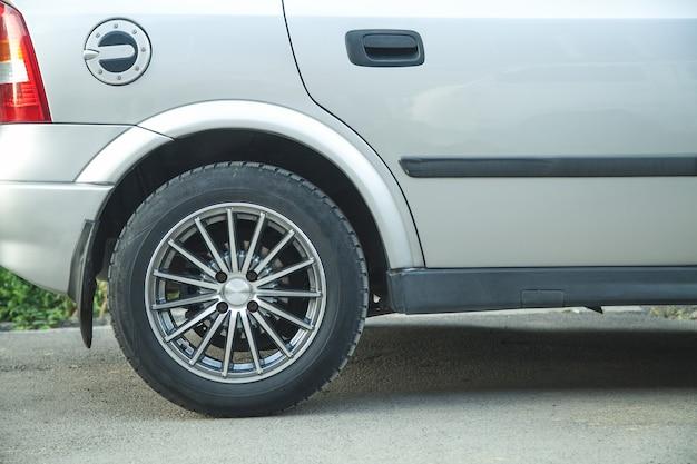 Roda de carro e disco de ajuste. transporte
