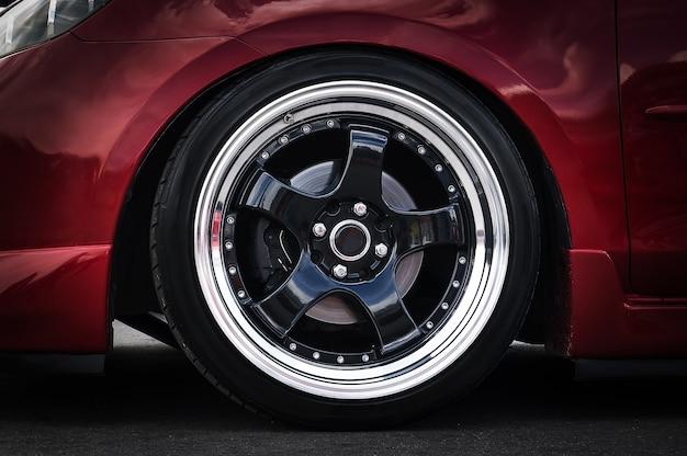 Roda de carro em um close-up do carro. disco de afinação da roda
