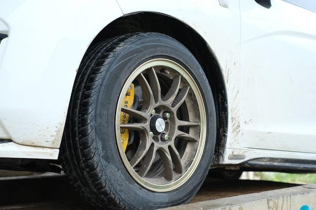 Roda de carro em um fundo branco