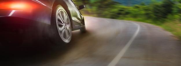 Roda de carro esporte deslizando no fundo da estrada