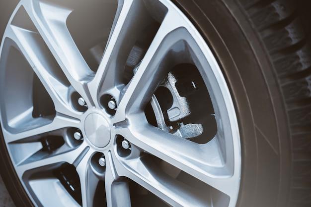 Roda de carro. freios a disco. compasso de calibre e almofadas.