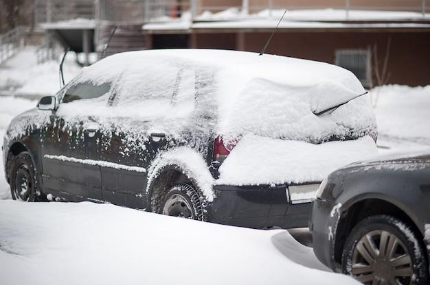 Roda de carro parado na neve