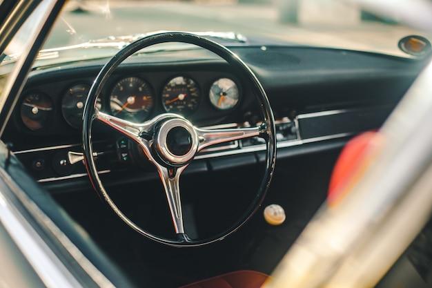 Roda de controle e sistema velocímetro de um carro retrô, vista através da janela