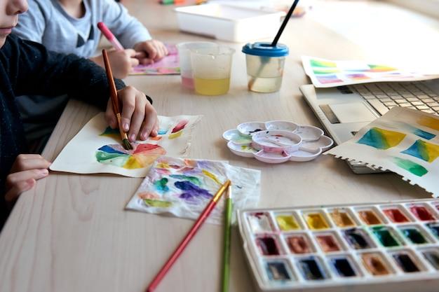 Roda de cores da aquarela e paleta de cores para aulas de hobby para iniciantes