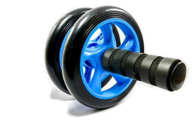 Roda de exercício azul sobre um fundo branco