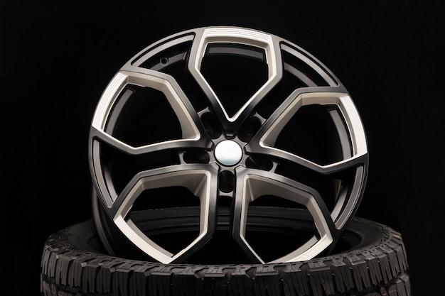 Roda de liga de alumínio. elenco premium, design dos raios e aro da roda, elementos em branco e preto