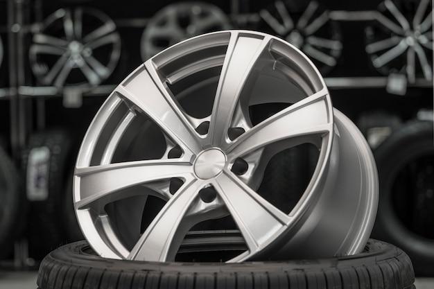 Roda de liga de prata em um pneu em uma loja de peças sobressalentes de automóveis.