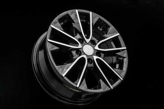 Roda de liga preta, peças automotivas e ajuste automático.