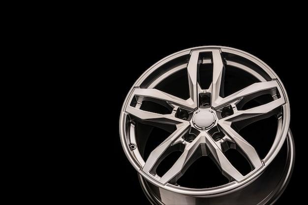 Roda de prata suv allloy, close-up em um fundo preto