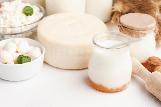 Roda de queijo e leite em potes
