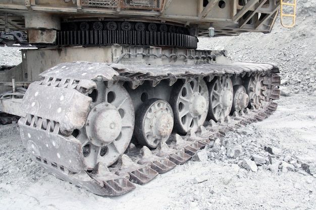 Roda de rolo em uma grande escavadeira.