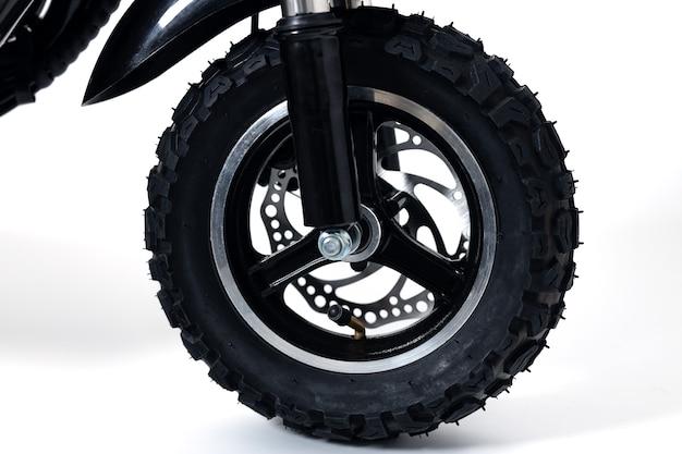 Roda de scooter elétrica com banda de rodagem em branco