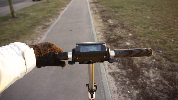 Roda de scooter elétrica no fundo da natureza