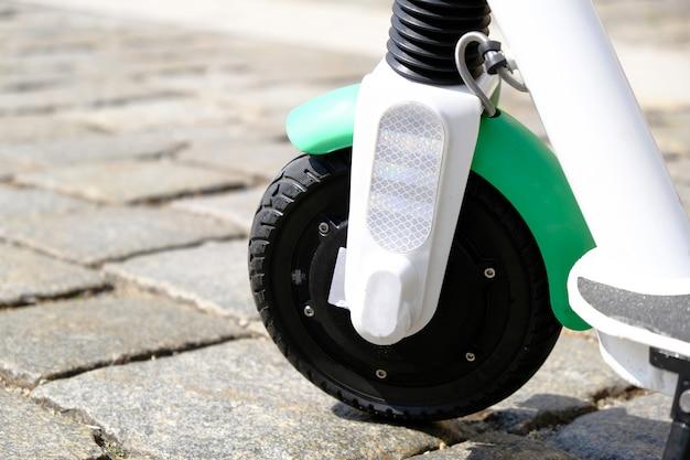 Roda de scooter elétrico na calçada no antigo centro da cidade.