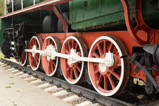 Roda de tração da velha locomotiva a vapor nos trilhos.
