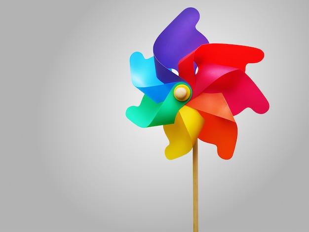 Roda de turbina de arco-íris vibrante colorido isolado no fundo cinza