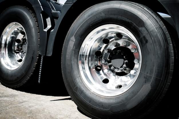 Roda de um caminhão e um novo pneu de caminhão.