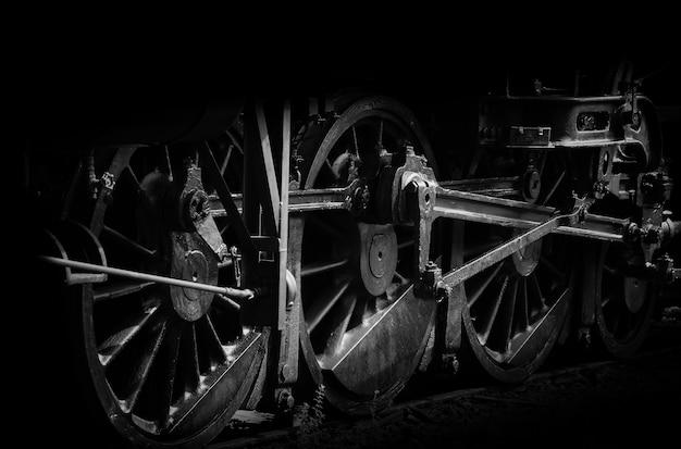 Roda de velha locomotiva a vapor e varas