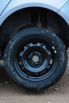 Roda desaparafusada em uma máquina sem parafusos