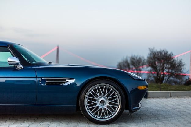 Roda dianteira de um sedan vintage azul