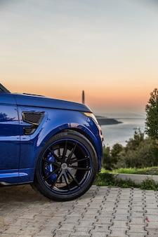 Roda dianteira direita de um jipe azul.