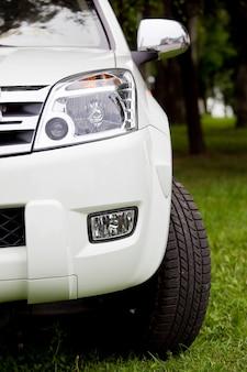 Roda dianteira, pára-choques e detalhe da luz de um carro de luxo moderno
