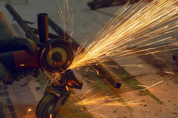 Roda elétrica de moagem cuting em aço. faíscas de corte