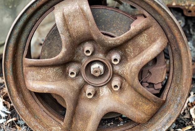 Roda enferrujada de um carro queimado serviço automotivo e conserto de automóveis