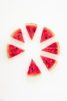 Roda feita com fatias de melancia, isoladas no fundo branco