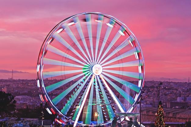 Roda gigante ao pôr do sol