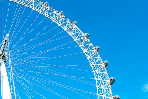 Roda gigante branca bonita grande com céu azul