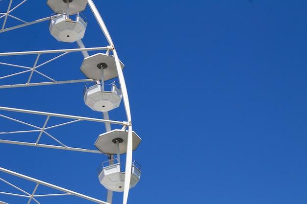 Roda gigante branca no céu azul