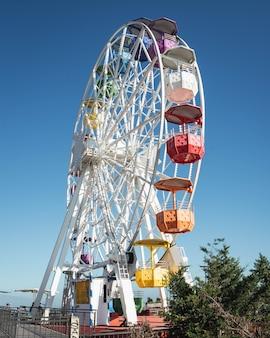 Roda gigante colorida com céu azul claro