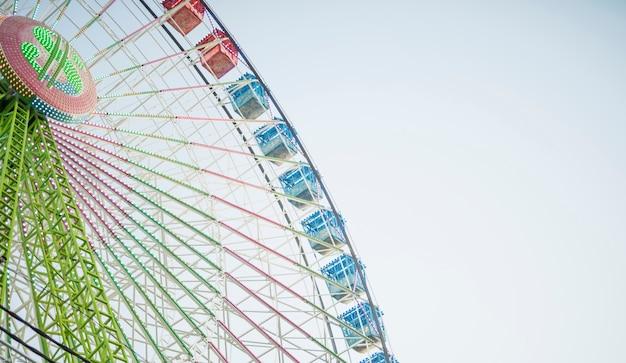 Roda gigante colouful de baixo ângulo