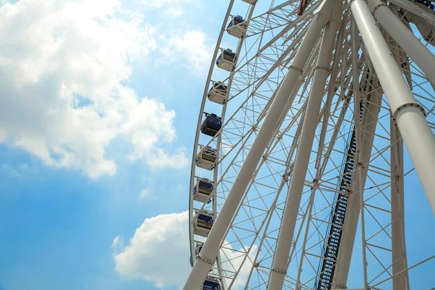 Roda gigante com cabines numeradas no parque