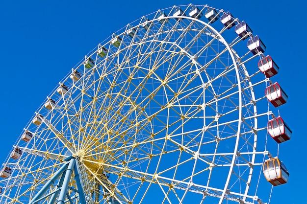 Roda gigante com céu azul