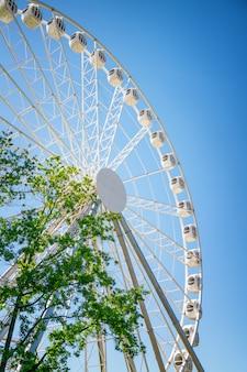 Roda gigante contra o céu azul closeup