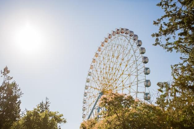 Roda gigante contra o céu
