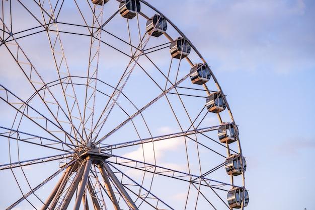 Roda gigante contra um céu azul