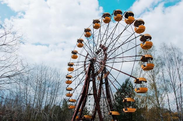 Roda gigante de abadonrd na cidade fantasma de pripyat na zona de exclusão de chernobyl, ucrânia