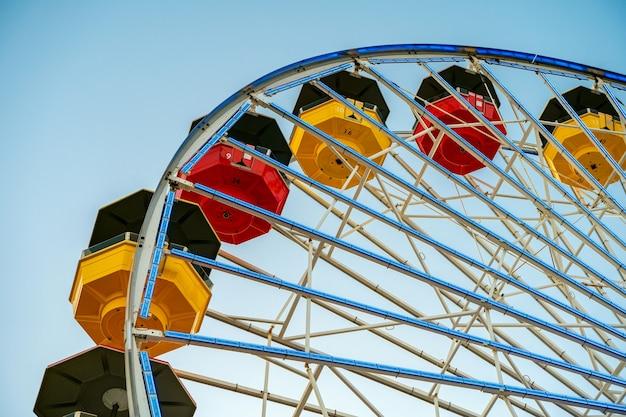 Roda-gigante de santa monica contra um céu azul