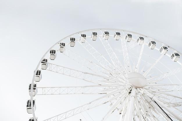 Roda gigante e céu