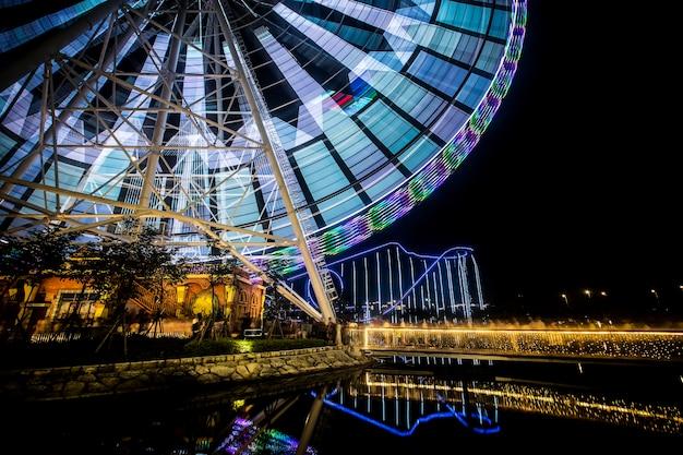 Roda-gigante em parque de diversões