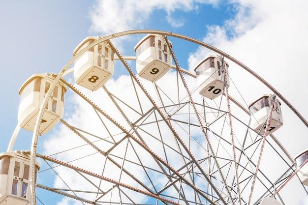 Roda gigante em um fundo de céu azul