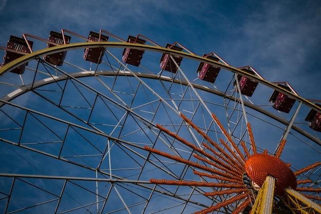 Roda gigante em um parque da noite