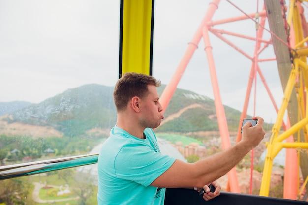 Roda gigante homem faz selfie