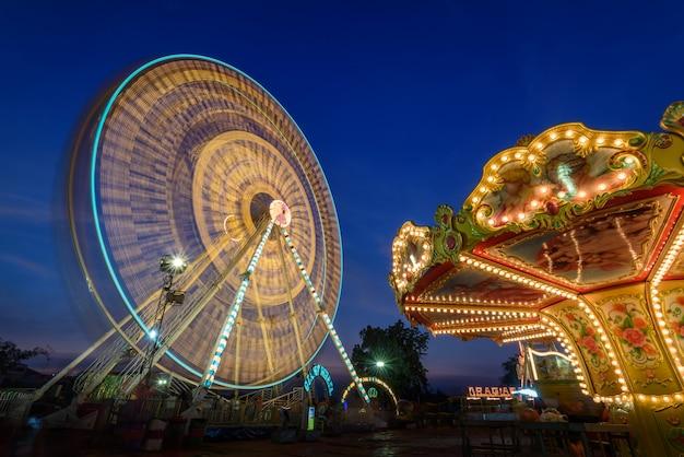 Roda gigante longa exposição com céu crepuscular