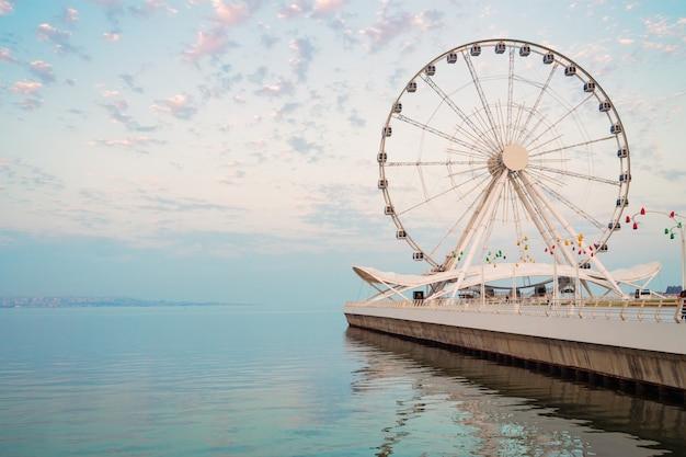 Roda gigante na beira-mar, carrossel grande.