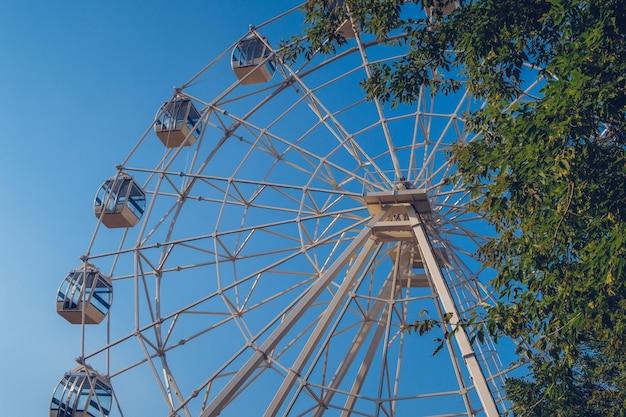 Roda gigante na superfície do céu azul