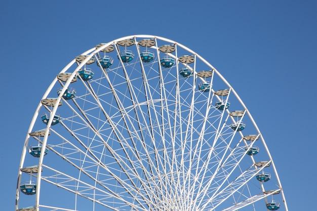Roda gigante no céu azul